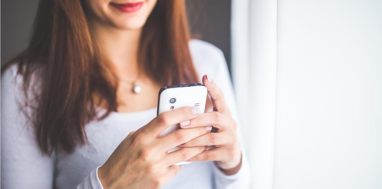 close-up-young-woman-typing-a-text-message-on-her-smartsphone-sich-selbst-beschreiben-tinder-ueber-mich-text