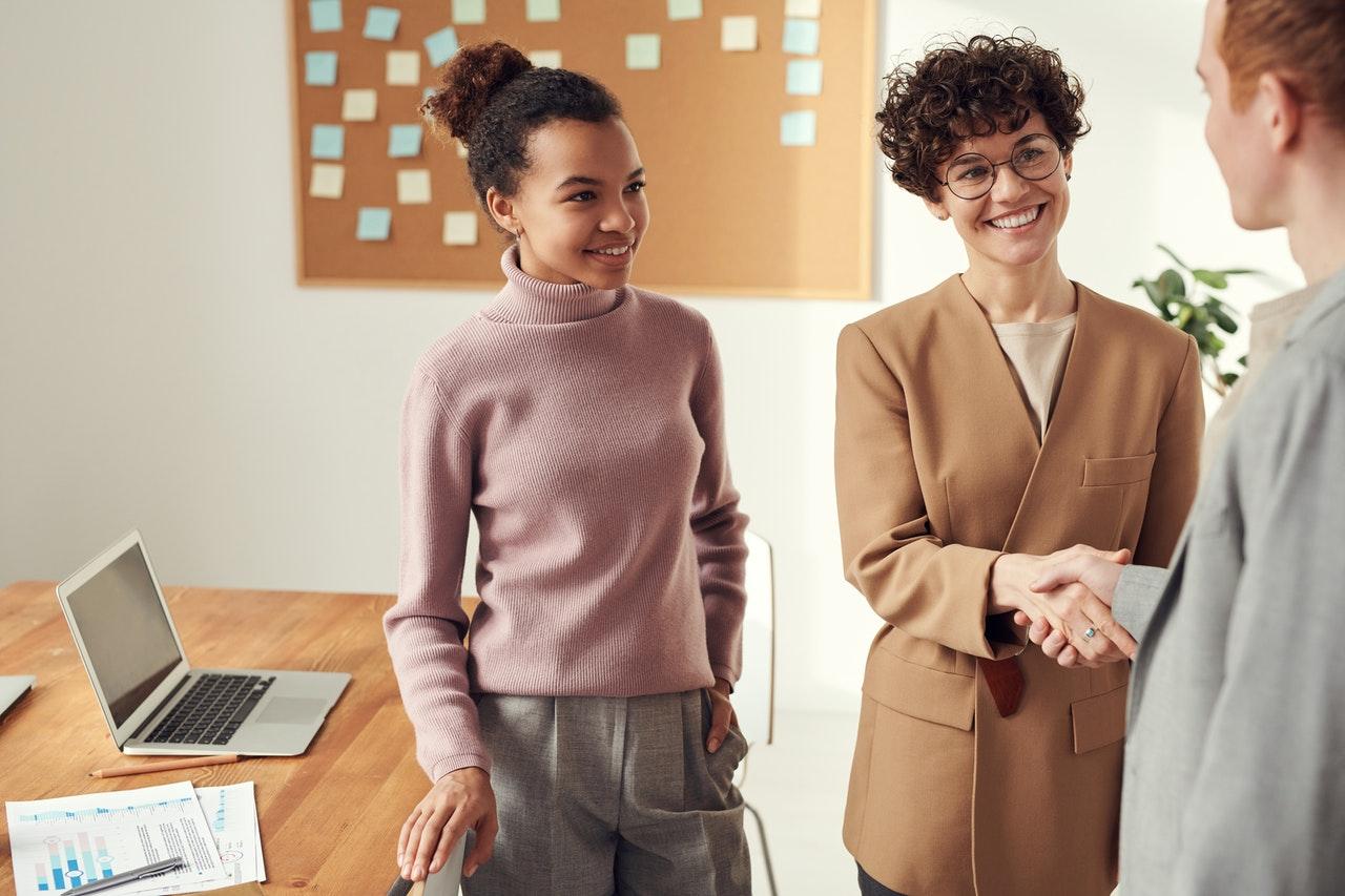 business-frauen-chefin-schuettelt-hand-des-neuen-kollegen-bewerbungsgespraech-bewerbungstext-sich-selbst-beschreiben