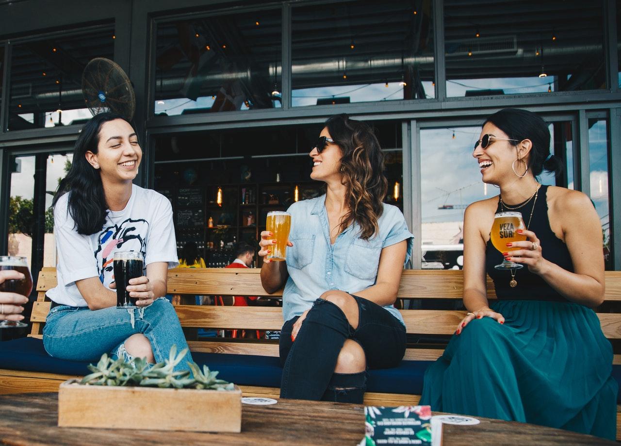 junge-frauen-unterhalten-sich-vor-bistro-cafe-sich-selbst-beschreiben-storytelling